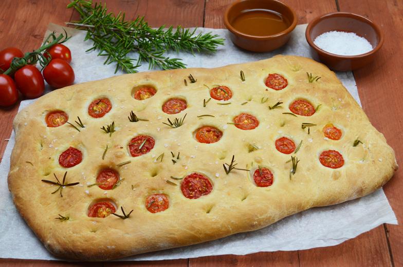 Focaccia met tomaatjes en rozemarijn