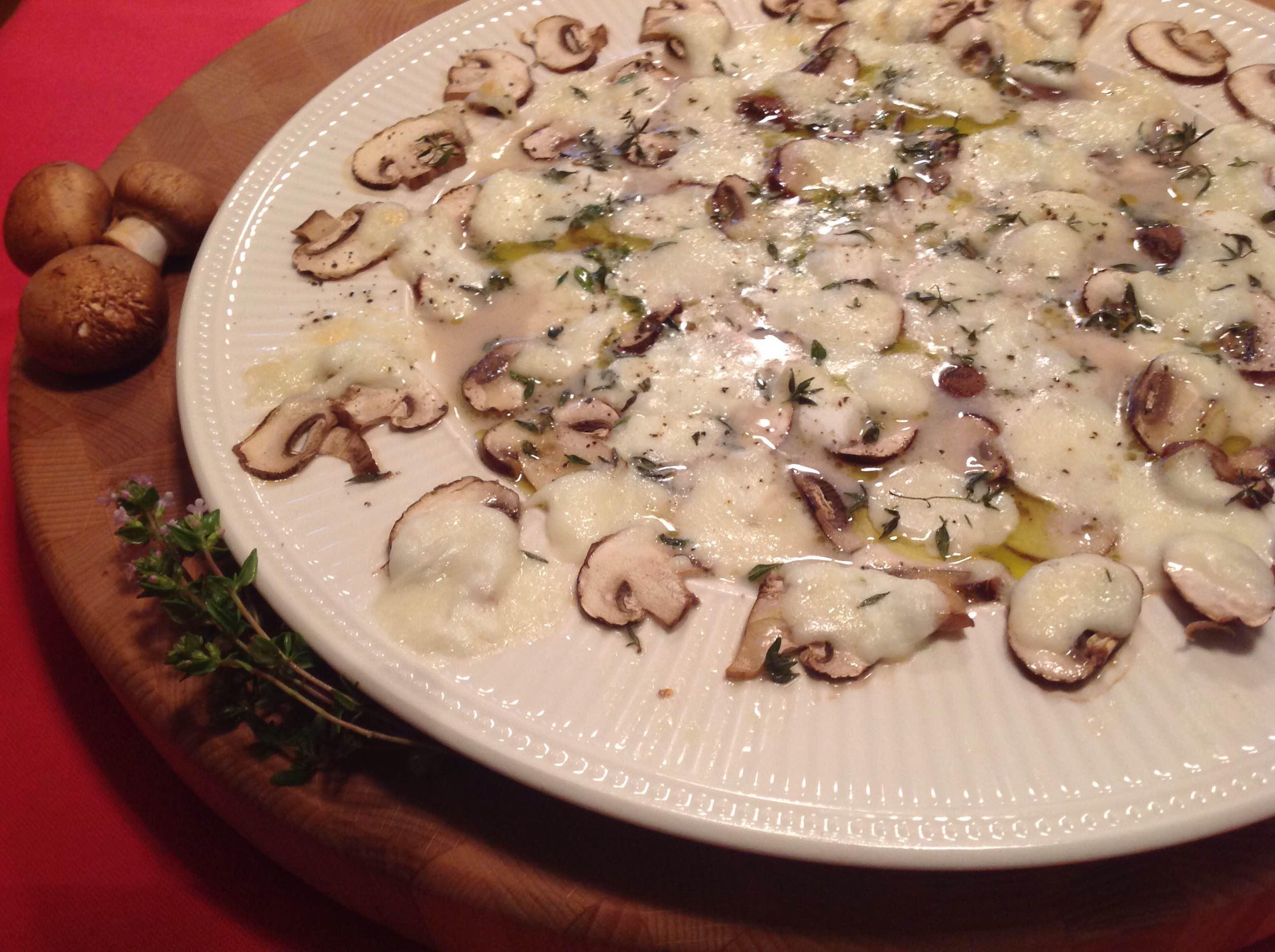 Champignons met gesmolten mozzarella en tijm