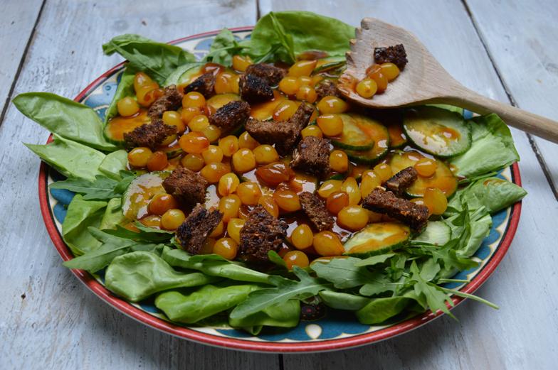 """Baas""salade met uitjes-chutney"