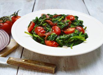 Spinazie met tomaatjes uit de wok