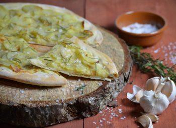 Aardappelpizza met zeezout en rozemarijn