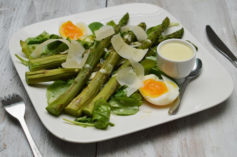 Salade met gegrilde asperges en frisse dressing