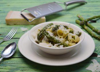 Pastasalade met pesto en groene asperges
