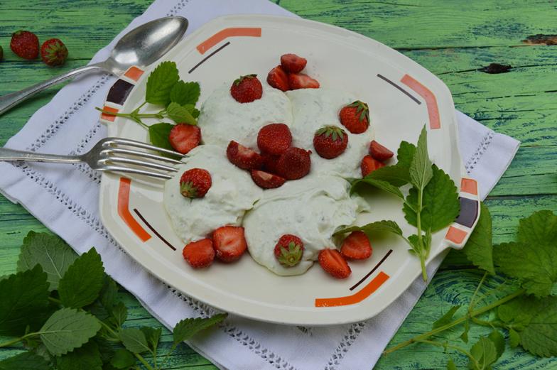 Mascarponecreme met avocado en aardbeien
