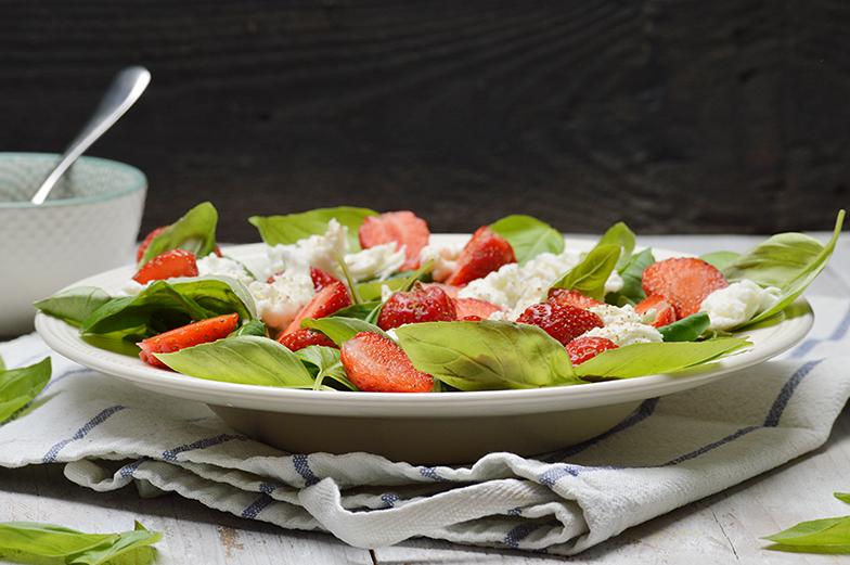 Zomerse salade met aardbeien, basilicum en geitenkaas