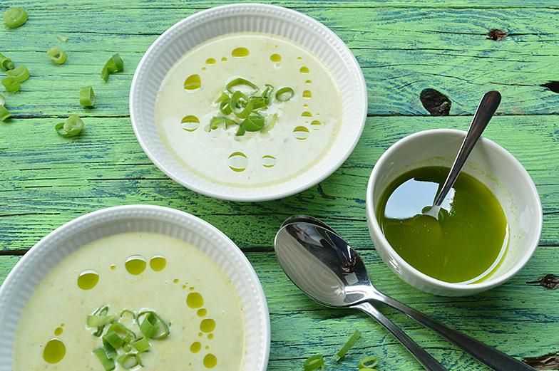 Lente-ui soep met bieslookolie