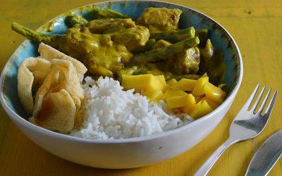 Vegan kip-kerrie met boontjes en mango