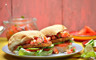 Broodje pittige burger met Pico de Gallo