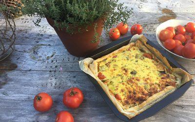 Hartige taart met prei en tomaat