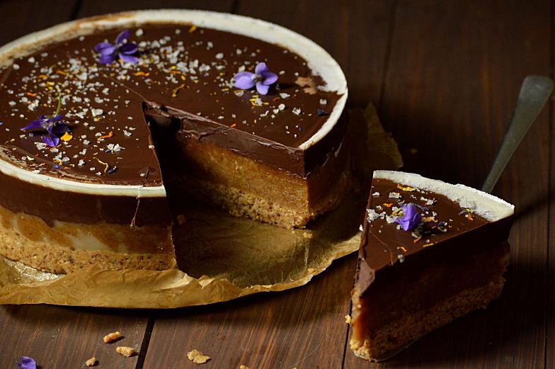 Veganistische chocolade-karameltaart